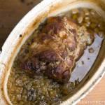 duszona łopatka z karmelizowaną cebulą