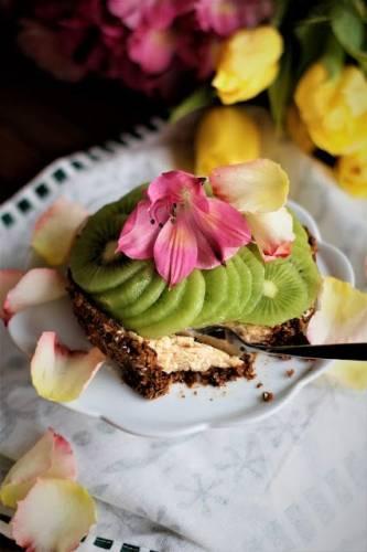Fit tarta na bakaliowym spodzie, kremem z ricotty i masła orzechowego z kiwi