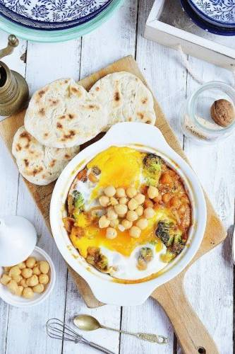 Jajka zapiekane z ciecierzycą i brokułami