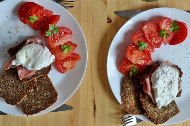 Jak zrobić jajka w koszulkach na śniadanie? W sześciu prostych krokach :)
