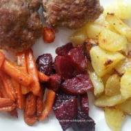 Pieczone ziemniaki, buraki i marchewka