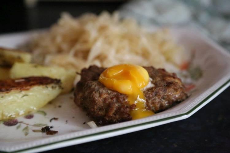 Sznycle z mięsa wołowego i żółtkiem