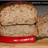 Chleb żytni z ziarnami w marcowej piekarni