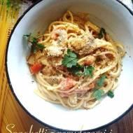Spaghetti z pomidorami i pieczarkami w sosie serowo-ziołowym