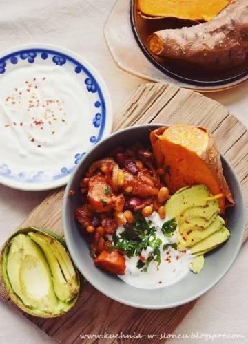 Proste przedwiosenne chili z fasoli i pieczone bataty