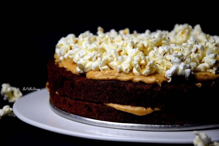 Razowe ciasto marchewkowe z solonym masłem orzechowym i popcornem
