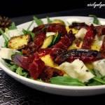 Sałatka z dojrzewającą wołowiną, grillowaną cukinią, mango i serem gorgonzolą