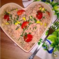 Sałatka z tuńczykiem, kaszą jęczmienną i dodatkami