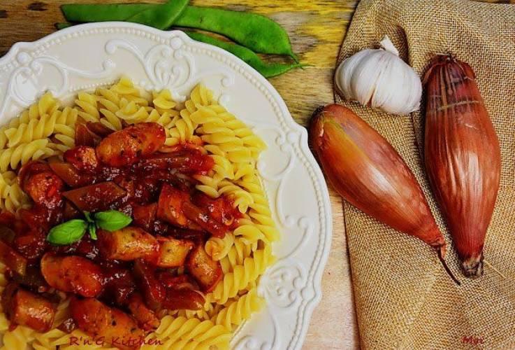 Makaron w pomidorowym sosie z kiełbaską