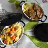 Gulasz z udźca z indyka z cukinią, papryką, marchewką i kaszą jaglaną