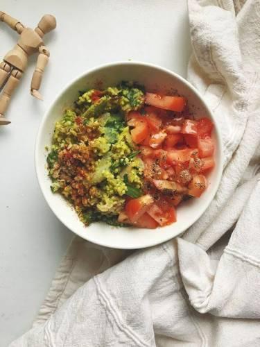 Kasza jaglana w awokado z oliwkami i suszonymi pomidorami