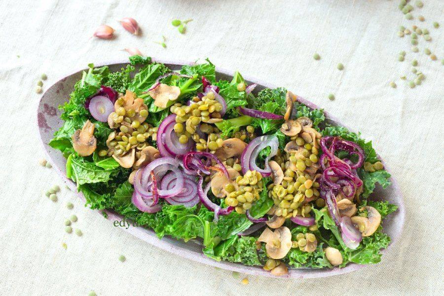 Danie warzywne z zielonej soczewicy, jarmużu i pieczarek