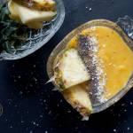 Smoothie bowl z ananasa,  mango i banana ze świeżym imbirem