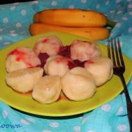 Bananowe knedliki z sosem truskawkowym