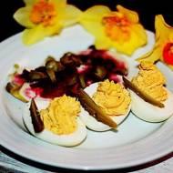 Jaja faszerowane pastą z plastrami piersi i buraczkami