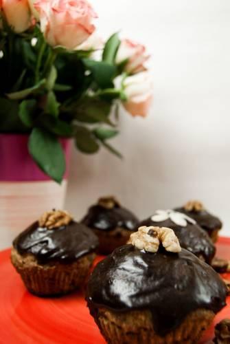 Bananowo-orzechowe muffiny w polewie czekoladowej
