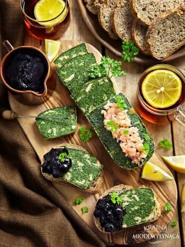 'Pieczeń' ze szpinaku z wędzonym łososiem i konfiturą z czarnych porzeczek