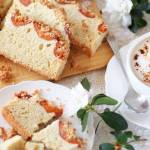 Ciasto na  białkach, z morelami i kruszonką