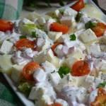 Sałatka serowa z sosem rzodkiewkowym