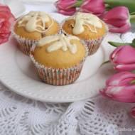 Muffinki jogurtowe z bakaliami i białą czekoladą.