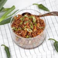 Pikantna sałatka z czerwonego ryżu z marchewką