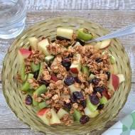 Sałatka owocowa z granolą z patelni