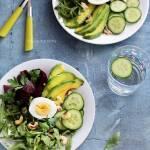 Sałatka z pieczonych buraków i awokado z jajkiem