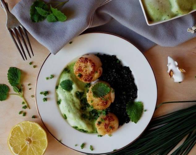 Przegrzebki z czarną quinoą i orzeźwiającą, zieloną pianką z aquafaby