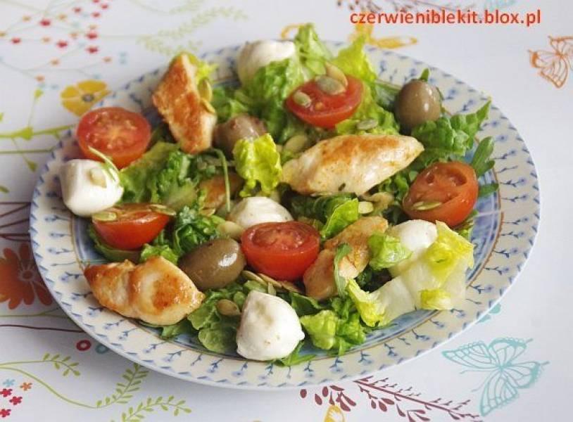 Sałata z kurczakiem, mozzarellą i pomidorkami