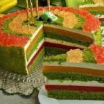 Szpinakowy tort z truskawkami i brzoskwiniami