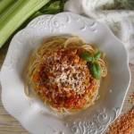 Makaron z sosem z czerwonej soczewicy i selera naciowego (fit)