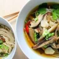 Azjatycki rosół z grzybami i makaronem