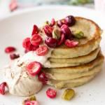 Jaglane pancakes z kawowym twarożkiem, żurawiną i pistacjami