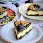 Lekki jak chmurka sernik z ricotty i jogurtu greckiego na kakaowym spodzie jaglanym z wegańską polewą czekoladową, domowymi śliw