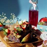 Bakaliowa rolada z jagodowym kremem, owocami i pierzgą pszczelą (bez glutenu, bez laktozy, bez pieczenia)
