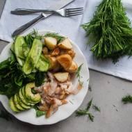 Buddha bowl z wędzoną rybą, pieczonymi  ziemniakami, awokado, ogórkami i szpinakiem