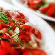 Sałatka z pomidorów z cebulką
