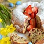 Wielkanocna babka z truskawkami, kawałkami czekolady i olejem rzepakowym