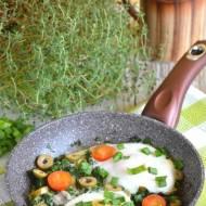 Jajka sadzone na szpinaku z oliwkami i pomidorkami koktajlowymi