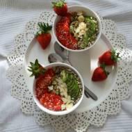 Zdrowe i pyszne śniadanie – prosty przepis na płatki owsiane z truskawkami, awokado, chia i innymi chrupiącymi dodatkami