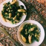 Kopytka ze słodkich ziemniaków ze szpinakiem i orzeszkami piniowymi