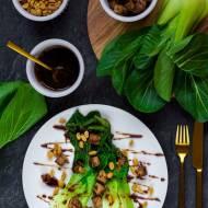 Kapusta pak choi z marynowanym tofu, fistaszkami i sosem kabayaki