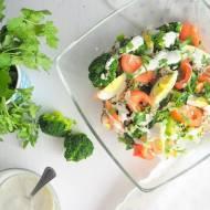 Sałatka z brokułem i sosem jogurtowym