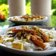 Makaron ryżowy z sosem kokosowym i tofu