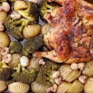 Pieczony kurczak z warzywami i pieczarkami