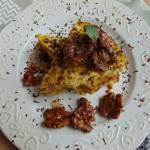 Omlet z komosą ryżową, orzechami i miodem lipowym.