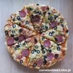 Pizza z salami, oliwkami i porem