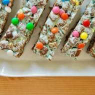 Kolorowe batoniki z czekoladowymi płatkami ciasteczkowymi