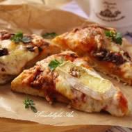Pizza serowa z suszonymi pomidorami i orzechami