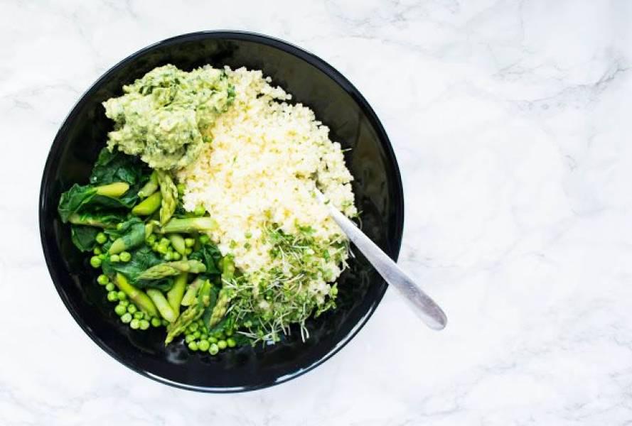 Kasza jaglana z zielonymi warzywami.